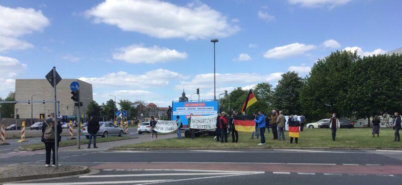 Diesmal präsentierten wir unsere Botschaften im freitäglichen Berufsverkehr an der Einmündung Pillnitzer Straße.