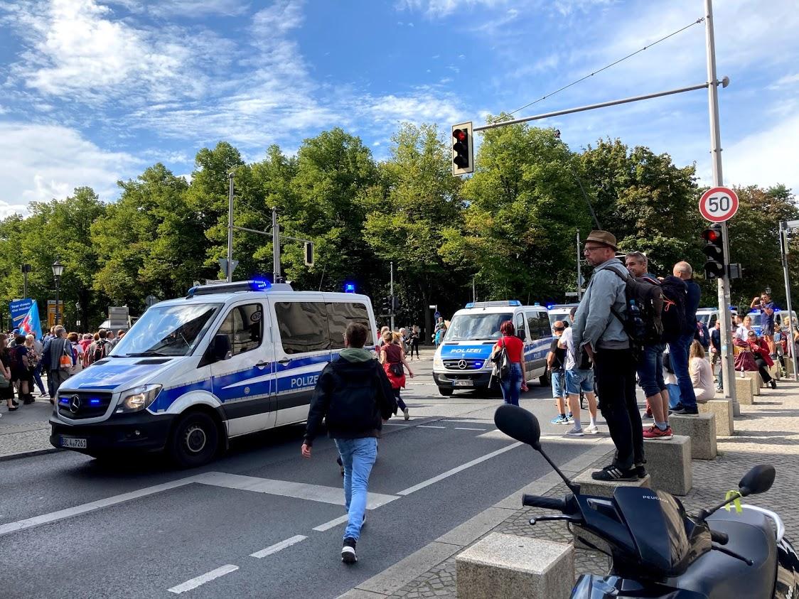 Polizei im Anmarsch.